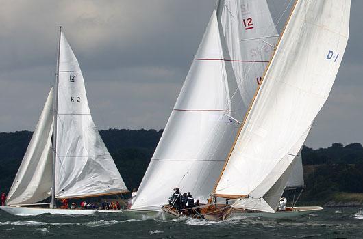 Segelboote bei starkem Wind