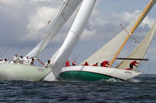 Seegelboote in Schieflage